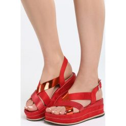 Czerwone Sandały Shiny Shamrock. Czerwone sandały damskie Born2be, z materiału, na koturnie. Za 69,99 zł.