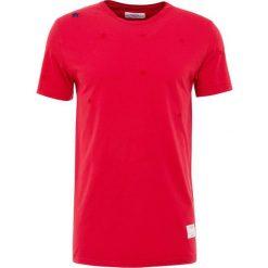T-shirty męskie z nadrukiem: The Editor SMALL STAR STITCH TEE Tshirt z nadrukiem red
