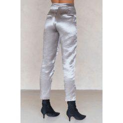 Spodnie z wysokim stanem: NA-KD Party Metaliczne spodnie prostymi nogawkami - Silver