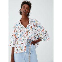 Luźna koszula basic z nadrukiem. Szare koszule damskie Pull&Bear, z nadrukiem, z krótkim rękawem. Za 59,90 zł.