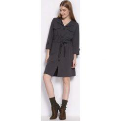 Ciemnoszara Sukienka Cloudless. Szare sukienki marki Born2be, s, z koszulowym kołnierzykiem, koszulowe. Za 79,99 zł.