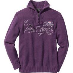 Sweter ze stójką Regular Fit bonprix jagodowy. Fioletowe golfy męskie marki bonprix, l, z aplikacjami. Za 59,99 zł.