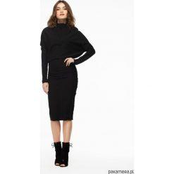 Sukienka dzianinowa z ozdobnymi szwami czarna. Czarne sukienki dzianinowe Pakamera, s, midi. Za 198,00 zł.