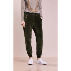 True Religion Spodnie treningowe dusty olive. Brązowe spodnie dresowe damskie True Religion, s, z bawełny. W wyprzedaży za 356,85 zł.