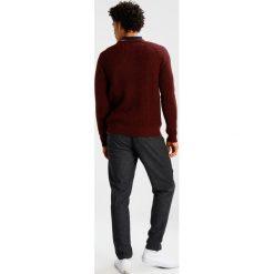Swetry klasyczne męskie: Suit IRON Sweter plum