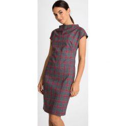 Szara sukienka w malinową kratę QUIOSQUE. Różowe sukienki dzianinowe marki QUIOSQUE, do pracy, biznesowe, ze stójką, z krótkim rękawem, mini, proste. W wyprzedaży za 139,99 zł.
