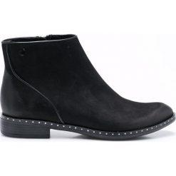 Carinii - Botki. Czarne buty zimowe damskie Carinii, z materiału, z okrągłym noskiem, na obcasie. W wyprzedaży za 199,90 zł.