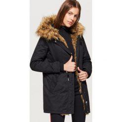 Płaszcze damskie: Zimowy płaszcz z eko futrem - Czarny