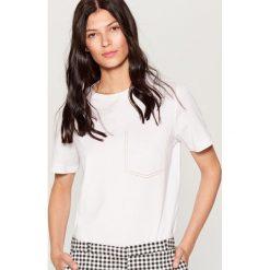 Koszulka z kontrastowymi przeszyciami - Biały. Białe t-shirty damskie marki Mohito, l, z kontrastowym kołnierzykiem. Za 39,99 zł.