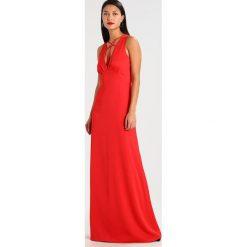 MARCIANO LOS ANGELES LONG DRESS WITH META Długa sukienka red. Czerwone długie sukienki marki MARCIANO LOS ANGELES, z materiału, z długim rękawem. W wyprzedaży za 671,20 zł.