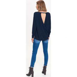 CIENKI SWETER Z ZAKŁADKĄ NA PLECACH. Niebieskie swetry oversize damskie Top Secret, na jesień. Za 39,99 zł.