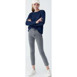 Jeansy skinny mom comfort fit. Niebieskie rurki damskie marki Pull&Bear. Za 79,90 zł.