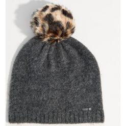 Czapka z pomponem o zwierzęcym wzorze - Szary. Szare czapki damskie Mohito, z motywem zwierzęcym. Za 39,99 zł.