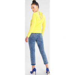 Glamorous Jeansy Slim Fit blue denim. Różowe jeansy damskie marki Glamorous, z nadrukiem, z asymetrycznym kołnierzem, asymetryczne. Za 229,00 zł.