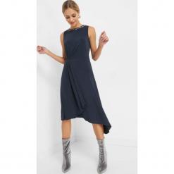 Asymetryczna sukienka midi. Niebieskie sukienki asymetryczne marki Orsay, w paski, z dzianiny, wizytowe, z asymetrycznym kołnierzem, midi. Za 119,99 zł.