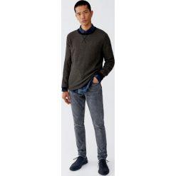 Sweter z kontrastowym obszyciem. Białe swetry klasyczne męskie Pull&Bear, m, z kontrastowym kołnierzykiem. Za 79,90 zł.