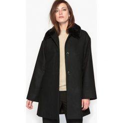 Płaszcze damskie pastelowe: Płaszcz rozkloszowany z kołnierzem ze sztucznego futra