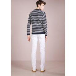 True Religion ROCCO Jeansy Slim Fit optic white. Białe jeansy męskie regular True Religion. W wyprzedaży za 629,25 zł.