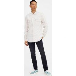 Jeansy slim comfort z efektem sprania. Czarne jeansy męskie regular Pull&Bear. Za 89,90 zł.