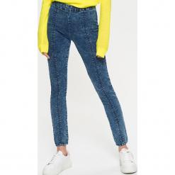 Jeansowe jegginsy z zamkiem z tyłu - Niebieski. Niebieskie legginsy marki Cropp, z jeansu. W wyprzedaży za 39,99 zł.