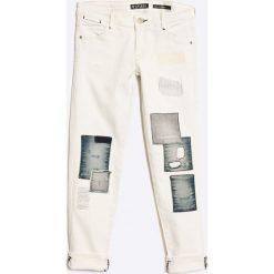 Guess Jeans - Jeansy dziecięce 118-166 cm. Białe jeansy dziewczęce Guess Jeans, z aplikacjami, z bawełny. W wyprzedaży za 179,90 zł.