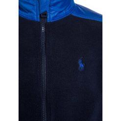 Polo Ralph Lauren HYBRID OUTERWEAR Kurtka z polaru french navy. Niebieskie kurtki chłopięce marki Polo Ralph Lauren, z materiału. W wyprzedaży za 231,20 zł.