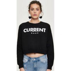 Bluzy rozpinane damskie: Krótka bluza z napisem - Czarny