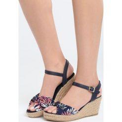 Granatowe Sandały Gladiolus. Niebieskie sandały damskie marki Born2be, z materiału, na koturnie. Za 89,99 zł.