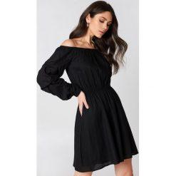 Sukienki hiszpanki: Hannalicious x NA-KD Sukienka z odkrytymi ramionami – Black