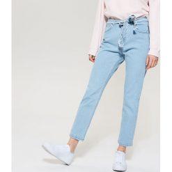 Jeansy regular fit z wysokim stanem - Niebieski. Niebieskie jeansy damskie relaxed fit marki Reserved. W wyprzedaży za 59,99 zł.