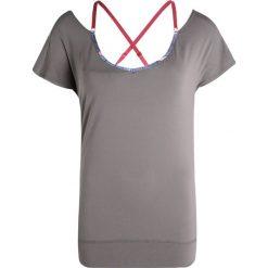 Roxy Tshirt z nadrukiem charcoal. Szare topy sportowe damskie marki Roxy, xl, z nadrukiem, z elastanu. W wyprzedaży za 143,40 zł.