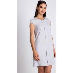 Szara sukienka z ozdobą na dekolcie QUIOSQUE. Szare sukienki balowe marki QUIOSQUE, na co dzień, z tkaniny, z okrągłym kołnierzem, z krótkim rękawem, mini, plisowane. W wyprzedaży za 119,99 zł.
