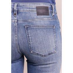 DRYKORN NEED Jeans Skinny Fit mid blue denim. Niebieskie boyfriendy damskie DRYKORN, z bawełny. Za 629,00 zł.