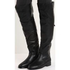 Czarne Kozaki Blend In. Czarne buty zimowe damskie marki Born2be, z okrągłym noskiem, na płaskiej podeszwie. Za 79,99 zł.
