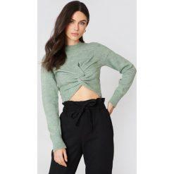 NA-KD Dzianinowy sweter kopertowy - Green. Zielone swetry klasyczne damskie NA-KD, z dzianiny, z kopertowym dekoltem. W wyprzedaży za 36,59 zł.
