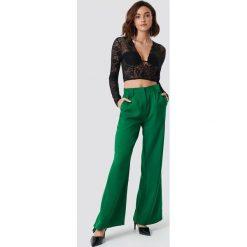 Spodnie damskie: NA-KD Trend Rozszerzane spodnie z wysokim stanem - Green