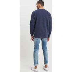 Tommy Jeans VINTAGE GRAPHIC CREW Bluza black iris. Niebieskie kardigany męskie Tommy Jeans, m, z bawełny, vintage. W wyprzedaży za 359,20 zł.