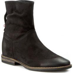 Botki CARINII - B3694 360-000-PSK-B89. Czarne buty zimowe damskie Carinii, z nubiku, na obcasie. W wyprzedaży za 279,00 zł.