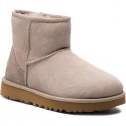 Buty UGG - W Classic Mini II 1016222 W/Oys. Szare buty zimowe damskie marki Ugg, z materiału, z okrągłym noskiem. Za 729,00 zł.