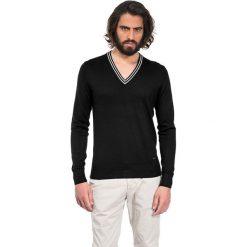 Swetry klasyczne męskie: Sweter w kolorze czarnym