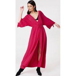 NA-KD Boho Sukienka z wiązanym rękawem - Pink. Różowe długie sukienki marki numoco, l, z dekoltem w łódkę, oversize. Za 100,95 zł.