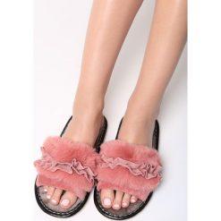 Różowe Klapki Keep Me. Czerwone crocsy damskie marki Born2be, z materiału, na płaskiej podeszwie. Za 49,99 zł.
