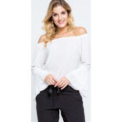Bluzki damskie: Bluzka z dekoltem carmen oraz falbanami przy rękawach biała