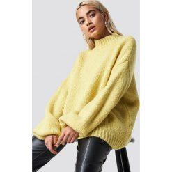 NA-KD Trend Sweter z golfem z domieszką wełny - Yellow. Żółte golfy damskie NA-KD Trend, z dzianiny. Za 242,95 zł.