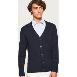 Gładki kardigan - Granatowy. Niebieskie swetry rozpinane męskie marki Reserved, l. W wyprzedaży za 59,99 zł.