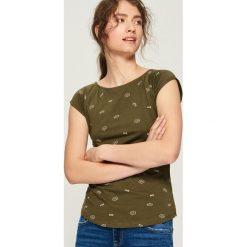 T-shirt z nadrukiem all over - Khaki. Brązowe t-shirty damskie Sinsay, l, z nadrukiem. Za 14,99 zł.