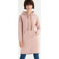 Sukienka bluza z biżuteryjnym zdobieniem - Różowy. Różowe sukienki z falbanami marki numoco, l, z dekoltem w łódkę, oversize. Za 79,99 zł.