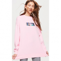 Długa bluza z napisem - Różowy. Czerwone długie bluzy damskie marki Cropp, l, z napisami, z długim rękawem. Za 89,99 zł.