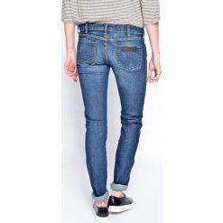 Wrangler - Jeansy Courtney. Niebieskie jeansy damskie rurki Wrangler, z aplikacjami, z bawełny, z obniżonym stanem. W wyprzedaży za 269,90 zł.