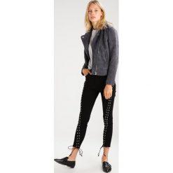 Glamorous Jeans Skinny Fit black. Różowe jeansy damskie relaxed fit marki Glamorous, z nadrukiem, z asymetrycznym kołnierzem, asymetryczne. W wyprzedaży za 136,95 zł.